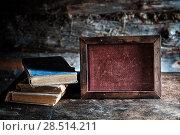 Купить «Старые книги и доска для записей на столе», фото № 28514211, снято 3 июня 2018 г. (c) Наталья Осипова / Фотобанк Лори