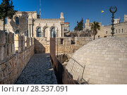 View of the wall promenade surrounding the Old City at Damascus Gate, Jerusalem, Israel (2017 год). Стоковое фото, фотограф Keith Levit / Ingram Publishing / Фотобанк Лори