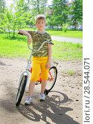 Купить «Счастливый раскрасневшийся подросток закончил тренировку на велосипеде», фото № 28544071, снято 6 июня 2018 г. (c) Круглов Олег / Фотобанк Лори