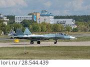 Купить «Российский новый многоцелевого истребителя пятого поколения Су-57( ПАК ФА, Т-50) едет по взлетной полосе, Международный авиационно-космический салон МАКС-2015», фото № 28544439, снято 23 августа 2015 г. (c) Малышев Андрей / Фотобанк Лори