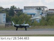 Купить «Новый российский многоцелевой истребитель пятого поколения Су-57( ПАК ФА, Т-50) поворачивает с посадочной полосы после полета, Международный авиационно-космический салон МАКС-2015», фото № 28544483, снято 23 августа 2015 г. (c) Малышев Андрей / Фотобанк Лори