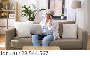 Купить «senior woman with laptop calling on smartphone», видеоролик № 28544567, снято 29 мая 2018 г. (c) Syda Productions / Фотобанк Лори