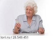 Купить «Old woman with IPod», фото № 28549451, снято 21 июня 2018 г. (c) age Fotostock / Фотобанк Лори