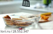 Купить «Female hands pulls out of a plate freshly cooked pancakes», видеоролик № 28552347, снято 24 марта 2019 г. (c) Константин Шишкин / Фотобанк Лори