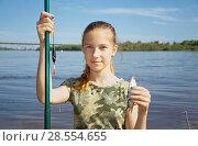 Купить «Девочка-подросток на рыбалке в городе», фото № 28554655, снято 9 июня 2018 г. (c) Круглов Олег / Фотобанк Лори