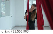 Beautiful dancer posing with aerial fabric. Стоковое видео, видеограф Vasily Alexandrovich Gronskiy / Фотобанк Лори