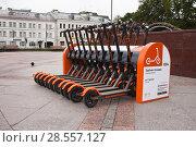 Купить «Прокат электросамокатов на Трубной площади в Москве», фото № 28557127, снято 11 июня 2018 г. (c) Victoria Demidova / Фотобанк Лори