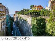 Narrow street of Via Luigi de Maio.  Sorrento.  Italy (2017 год). Редакционное фото, фотограф Николай Коржов / Фотобанк Лори