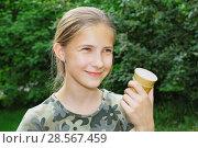 Купить «Улыбающаяся девочка со стаканчиком мороженого в руке в летнем парке», фото № 28567459, снято 11 июня 2018 г. (c) Круглов Олег / Фотобанк Лори