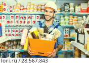 Купить «Workman holding basket with picked tools in paint store», фото № 28567843, снято 13 сентября 2017 г. (c) Яков Филимонов / Фотобанк Лори
