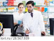 Купить «specialistes are attentive stocktaking medicines», фото № 28567939, снято 28 февраля 2018 г. (c) Яков Филимонов / Фотобанк Лори