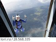 Купить «Парашютист, прыгающий с вертолёта Ми-8 над островом Кижи», эксклюзивное фото № 28568335, снято 9 июня 2018 г. (c) Сергей Цепек / Фотобанк Лори