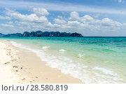 Купить «Остров Ко Пода, Провинция, Краби, Таиланд. Волны прибоя накатывают на белый песчаный пляж», фото № 28580819, снято 17 февраля 2013 г. (c) Игорь Рожков / Фотобанк Лори