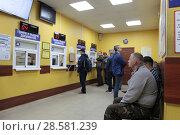 Купить «Люди в окне ГИБДД ожидают вызова», эксклюзивное фото № 28581239, снято 8 июня 2018 г. (c) ДеН / Фотобанк Лори