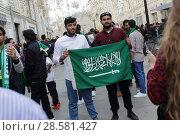 Город Москва, футбольные фанаты с флагом Саудовской Аравии на Никольской улице (2018 год). Редакционное фото, фотограф Дмитрий Неумоин / Фотобанк Лори
