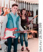 Купить «Young rock-n-roll players are deciding on suitable amp», фото № 28582099, снято 14 февраля 2017 г. (c) Яков Филимонов / Фотобанк Лори