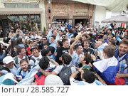 Купить «Ликующая толпа фанатов в центре Москвы на Никольской», эксклюзивное фото № 28585727, снято 13 июня 2018 г. (c) Дмитрий Неумоин / Фотобанк Лори