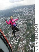 Купить «Парашютистка в свободном полёте, выпрыгнувшая с вертолёта Ми-8 над городом Петрозаводск. Карелия», эксклюзивное фото № 28586075, снято 8 июня 2018 г. (c) Сергей Цепек / Фотобанк Лори