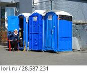 Купить «Мобильные платные туалетные кабинки около метро Тушинская. Проезд Стратонавтов. Район Покровское-Стрешнево. Город Москва», эксклюзивное фото № 28587231, снято 6 мая 2015 г. (c) lana1501 / Фотобанк Лори