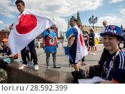 Купить «Болельщики японской национальной футбольной сборной гуляют по Манежной площади в центре города Москвы во время Чемпионата мира по футболу FIFA 2018, Россия», фото № 28592399, снято 17 июня 2018 г. (c) Николай Винокуров / Фотобанк Лори