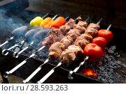 Аппетитный шашлык из свинины с овощами на мангале. Стоковое фото, фотограф Марина Володько / Фотобанк Лори