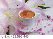 Купить «Чашка кофе с корицей и цветы лилии», фото № 28593443, снято 16 июня 2018 г. (c) ирина реброва / Фотобанк Лори