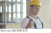 Купить «Workman gives thumbs up looking at camera», видеоролик № 28598515, снято 22 августа 2017 г. (c) Vasily Alexandrovich Gronskiy / Фотобанк Лори