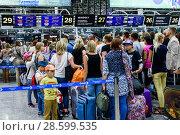 Город Сочи, аэропорт города Адлера. Толпа людей стоит на регистрацию (2018 год). Редакционное фото, фотограф Игорь Низов / Фотобанк Лори