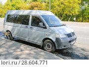 Купить «Микроавтобус Volkswagen Transporter припаркован около тротуара. Москва», эксклюзивное фото № 28604771, снято 21 августа 2010 г. (c) Алёшина Оксана / Фотобанк Лори