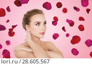 Купить «beautiful bare woman over rose petals background», фото № 28605567, снято 14 апреля 2016 г. (c) Syda Productions / Фотобанк Лори