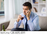 Купить «drunk man with alcohol calling on smartphone», фото № 28605691, снято 24 ноября 2017 г. (c) Syda Productions / Фотобанк Лори