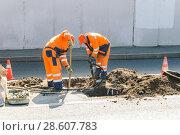 Купить «Рабочие ремонтируют канализационные колодцы на проспекте Мира. Москва», эксклюзивное фото № 28607783, снято 21 августа 2010 г. (c) Алёшина Оксана / Фотобанк Лори