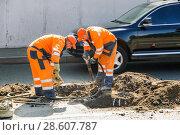 Купить «Москва. Проспект Мира. Рабочие ремонтируют канализационные колодцы», эксклюзивное фото № 28607787, снято 21 августа 2010 г. (c) Алёшина Оксана / Фотобанк Лори