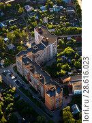 Купить «Вид сверху на новый многоэтажный дом в окружении старого частного сектора», фото № 28616023, снято 27 мая 2018 г. (c) Инна Грязнова / Фотобанк Лори