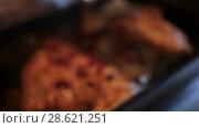 Купить «Приготовление утки с клюквой в фольге», видеоролик № 28621251, снято 20 октября 2018 г. (c) Евгений Ткачёв / Фотобанк Лори