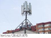 Купить «Антенны базовой станции оператора сотовой связи на крыше здания в жилом районе г.Москвы», фото № 28621875, снято 8 мая 2018 г. (c) Evgenia Shevardina / Фотобанк Лори