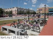 Купить «Балашиха, детские велосипеды на площади Славы», эксклюзивное фото № 28622747, снято 22 июня 2018 г. (c) Дмитрий Неумоин / Фотобанк Лори
