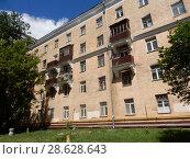 Купить «Пятиэтажный четырёхподъездный кирпичный жилой дом (построен в 1954 году). 6-я Парковая улица, 19. Район Измайлово. Москва», эксклюзивное фото № 28628643, снято 20 июня 2018 г. (c) lana1501 / Фотобанк Лори