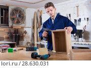 Купить «Man making drawer at workshop», фото № 28630031, снято 7 ноября 2016 г. (c) Яков Филимонов / Фотобанк Лори