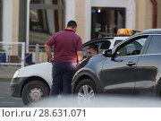 Купить «KAZAN, RUSSIA - JUNE 22, 2018: Two male taxi drivers arguing the other at the traffic jam», фото № 28631071, снято 22 июня 2018 г. (c) Константин Шишкин / Фотобанк Лори