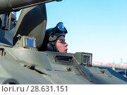 Купить «Механик-водитель самоходного артиллерийского орудия 2С23 НОНА-СВК на параде в День Победы. Санкт-Петербург», эксклюзивное фото № 28631151, снято 9 мая 2018 г. (c) Александр Щепин / Фотобанк Лори