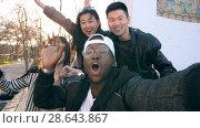 Купить «Happy friends taking a photo», видеоролик № 28643867, снято 26 апреля 2018 г. (c) Илья Шаматура / Фотобанк Лори