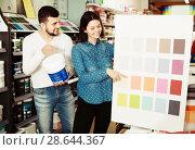 Купить «Couple in paint supplies store», фото № 28644367, снято 9 марта 2017 г. (c) Яков Филимонов / Фотобанк Лори