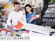 Купить «Couple in paint supplies store», фото № 28644375, снято 9 марта 2017 г. (c) Яков Филимонов / Фотобанк Лори
