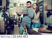 Купить «Girl with boyfriend in search of lampshade», фото № 28644483, снято 9 ноября 2017 г. (c) Яков Филимонов / Фотобанк Лори
