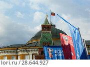 Купить «Welcome flags on Moscow streets in honour of the 2018 FIFA World Cup in Russia», фото № 28644927, снято 15 июня 2018 г. (c) Владимир Журавлев / Фотобанк Лори