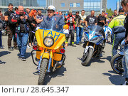 Купить «The police officer with the motorcycle on the street», фото № 28645347, снято 5 мая 2018 г. (c) Владимир Арсентьев / Фотобанк Лори
