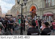 Купить «Москва, полицейские проверяют людей при входе на Никольскую улицу», эксклюзивное фото № 28645483, снято 23 июня 2018 г. (c) Дмитрий Неумоин / Фотобанк Лори