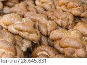 Купить «Фон из батонов свежего белого хлеба с семенами кунжута крупным планом на полке на рынке», фото № 28645831, снято 8 июня 2018 г. (c) Наталья Волкова / Фотобанк Лори