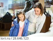 Купить «Mother and daughter in museum», фото № 28646123, снято 18 июля 2018 г. (c) Яков Филимонов / Фотобанк Лори
